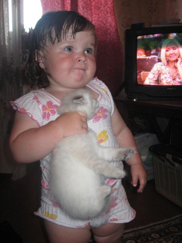 Ребёнок держит кота