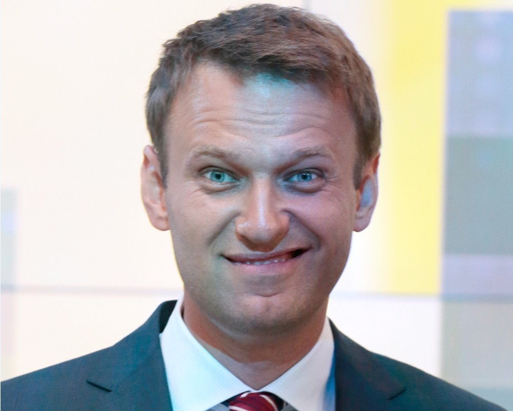 Наколол сам себя: Навальный спалился на тайном выезде во Францию