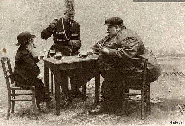 """Начало 20 века. Еврей,Тюрок и Русский(Слева-направо) в Баку. Знаю что был такой пост(<a href=""""http://pikabu.ru/story/_1114879"""">http://pikabu.ru/story/_1114879</a> )"""