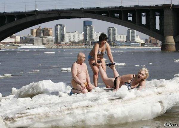 Айда купаться!!!! - Не, вода холодная!!!
