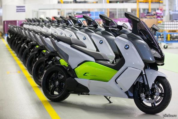 Началось серийное производство электроскутера BMW C Evolution Электрические скутеры — удобный, неприхотливый и чистый «зелёный» транспорт. Их разрабатывают многие компании и энтузиасты, однако, BMW — особый случай.