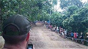 Жесткое падение на этапе кубка мира по downhill зритель решил доехать до финиша на байке упавшего участника гонки