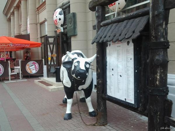 """""""Убейте меня, пожалуйста...."""" На Арбате обнаружила корову, олицетворяющую настроение в понедельник.... вторник.. среду.. четверг.."""