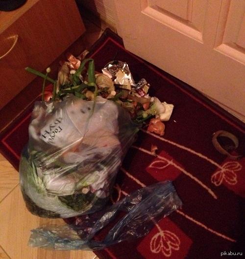 Горите в аду, изготовители таких мусорных пакетов !!! Опаздывал на работу, решил выбросить мусор, но пакет порвался именно перед входной дверью!!