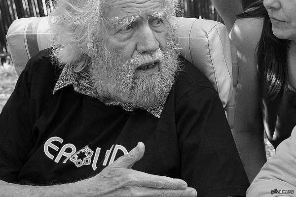2 июня 2014 года в 88 лет умер один из величайших умов планеты - доктор Александр Теодорович Шульгин. Он открыл нам другую Вселенную. Без него не были бы написаны тысячи песен, книг, картин, кинолент - МЫ были бы совершенно другими. Спасибо Вам, Александр Шульгин. Помним, любим, скорбим...