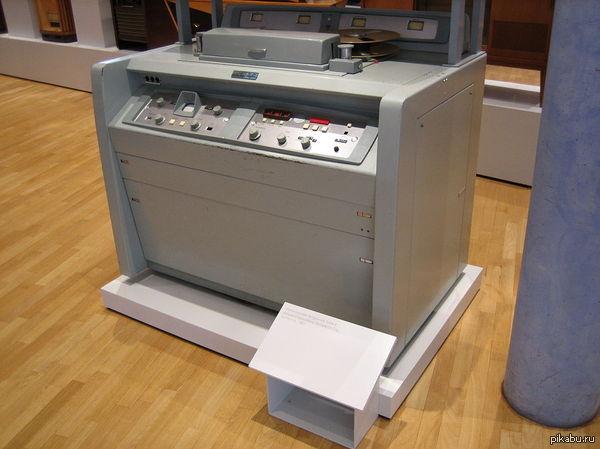 Видеомагнитофону 50 лет! 50 лет назад в студии BBC в Лондоне впервые продемонстрирован бытовой видеомагнитофон. На картинке - самый первый из видеомагнитофонов