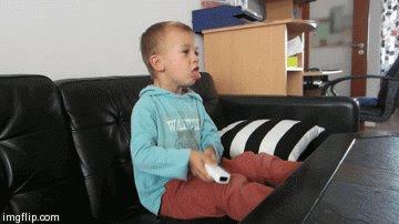 Типичный геймер Wii малой играет в Wii - кого-то рубит в капусту.