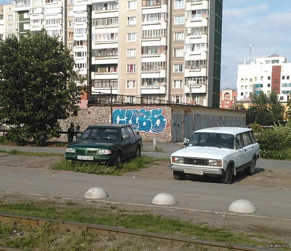 Постоянство. Наблюдаю этот москвич уже 5 лет И все 5 лет он стоит на месте. Чистый. Колеса не спущены (и даже не приспущегы). Может, это трансформер, стоящий на страже покоя простых граждан?