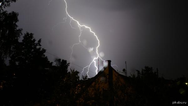 Ночная гроза над городом Просто фото, не холивара ради. Иногда получается заснять на смарт и такое. Не скриншот :)