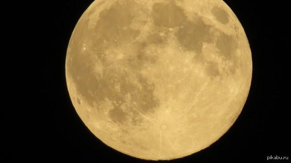 Суперлуние Снял вчера в 21:40. Зум: оптика x50 + цифра x200. Еще фотки внутри.