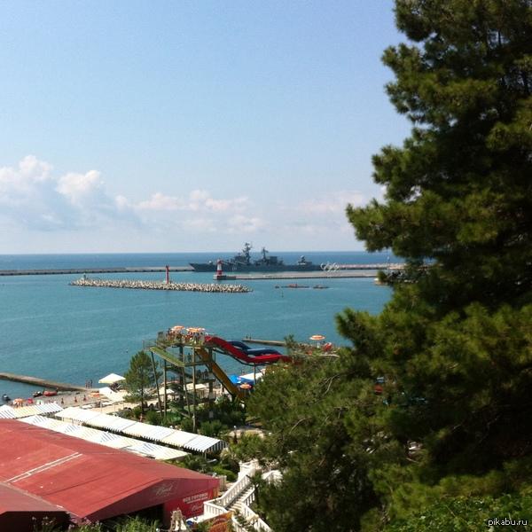 """Ракетный крейсер """"Москва"""" в сочинском порту Ответ на заход американского ракетного крейсера Vella Gulf в акваторию Черного моря"""
