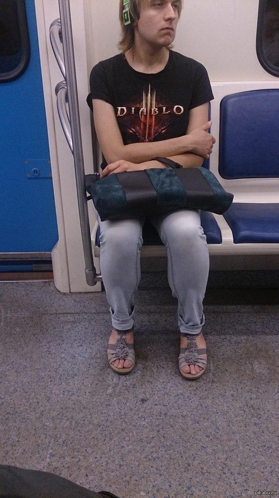 Неужели игры способны и на такое о_О Там еще ногтики, нарощенная грудь, каблучки, сандальки с цветочками  А только не давно Путина сфоткал в метро)