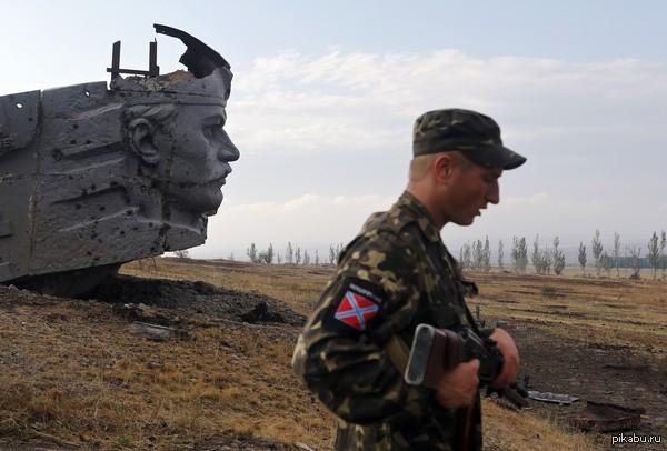 Ополчение у разрушенного мемориального комплекса на кургане Саур-Могила. Украина.