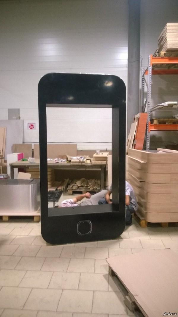 Собрали на работе iPhone Не знаю для какого магазина, но выглядит забавно. Внутри ещё есть полочки.