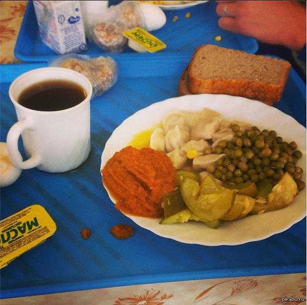 В связи с последними событиями. Как кормят курсантов в военной академии) Завтрак парня .  Пельмени, горох, огурцы, баклажановая икра, кофе, молоко, яйцо, масло, хлеб, пряники.