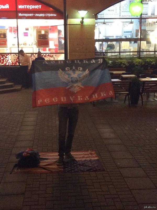 Одиночный пикет в поддержку ДНР на Арбате Сегодня по Арбату гулял и на входе со стороны метро арбатская увидел этого парня.