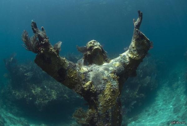 """Статуя """"Христос из бездны"""" на дне моря в бухте Сан-Фруттуозо, Италия"""