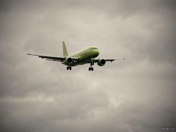 Сегодня в первый раз занимался споттингом. Споттинг(от англ.слова «spot»—увидеть»,опознать)вид хобби, заключающийся в наблюдении за самолётами и ведение их реестра.Часто сопровождается фотографированием.