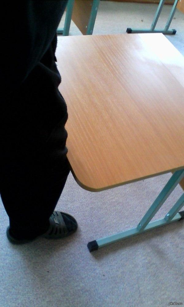 Маленькие парты Таскал в школе парты для практики,а они лишь до колена были)