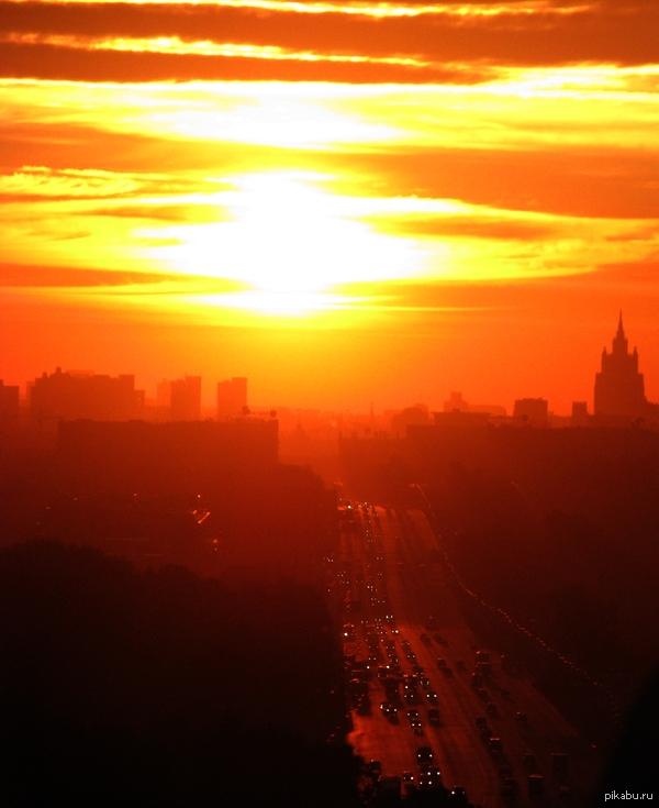 Утро в городе... Москва Кутузовский проспект, справа Поклонная гора...