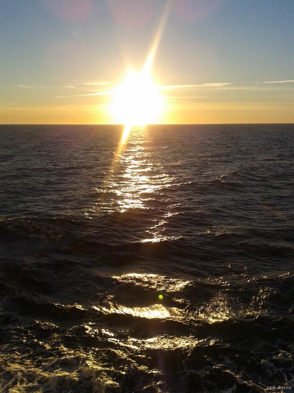Непятничное мое Финский залив близ берегов Швеции. Надеюсь битва закатов еще актуальна.  З.Ы фотка старая - все забывал на комп перекинуть.