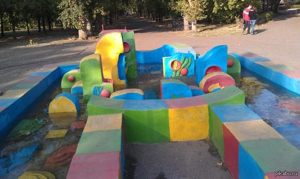 Это сооружение в парке мне что-то напоминает... Захоронение клоунов?