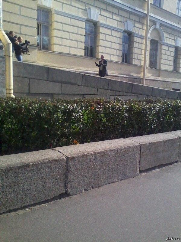 Только в питере по дороге на работу можно увидеть Александра Гордона Снято на набережной фонтанки вчера. Видимо снимали какую-то документалку)