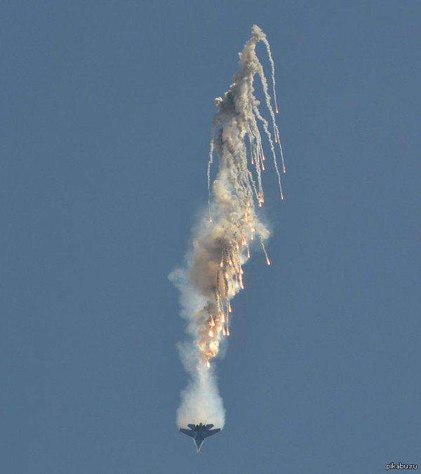 Истребитель МиГ-29 выбрасывает тепловые цели.