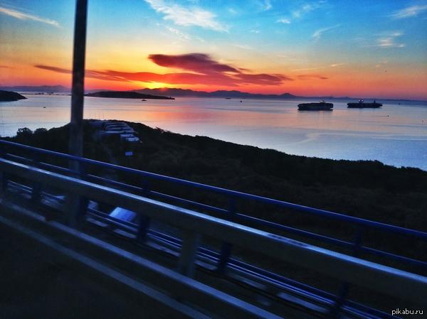 Восход солнца. Ехал сегодня на пары, не мог не запечатлить момент. Владивосток. 8 часов утра, мост на о.Русский.