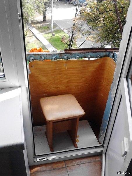 Балкон... и ничего лишнего. Почти у каждого человека есть одна бытовая проблема, вечный бордак и склад на своём балконе, но у моего друга такой проблемы нет...