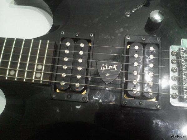 """Шах и мат! Купил електрогитару и нет проблем со добычей медиатора в гитаре. Ответ на пост <a href=""""http://pikabu.ru/story/i_tak_kazhdyiy_raz_2717288"""">http://pikabu.ru/story/_2717288</a>"""