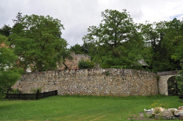 Что это и при чём тут Шварценеггер? На этих развалинах замка Арни играл в детстве! Узнали это, побывав в прошлом году в его музее.