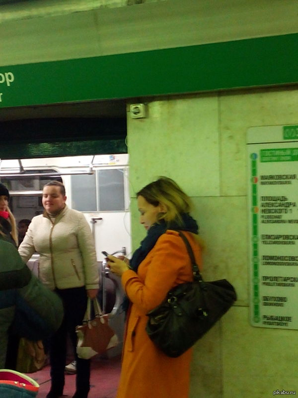 Зарядка в метро Женщина стояла так минут 20.Питер