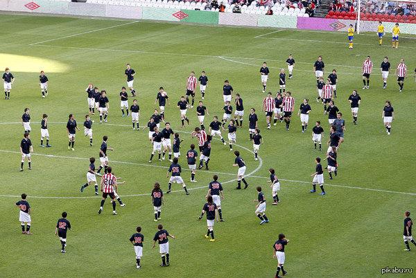 Благотворительный матч - Атлетик Бильбао против 200 детей. 17 мая 2010 произошло это событие . Дети играли по схеме 66-80-51 и 3 вратаря, но все-равно проиграли 3:5)))))