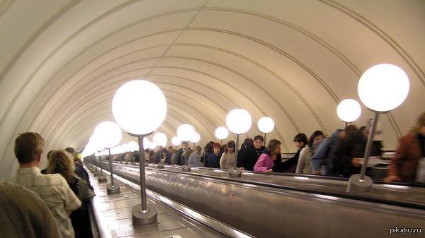 Chat Roulette моего детства. Сегодня в метро заметил сходство. Разве что без онанистов. И слава богу))