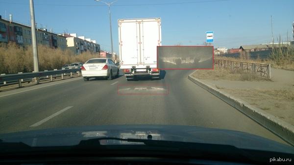 Похоже у этого грузовичка стоит бэтсигнал