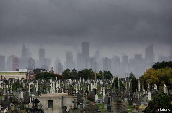 Фотография бруклинского кладбища на фоне дождливого Манхэттена Автор: Владимир Бадиков