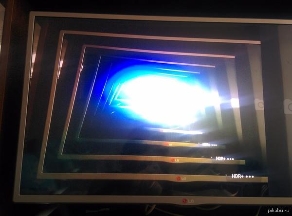 Сфоткал телевизор на телефон, когда был включён miracast. Кажется, я открыл портал в другое измерение...
