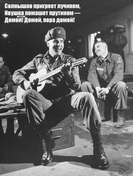 Элвис Пресли играет для своих однополчан, во время службы в армии, 1959 г.