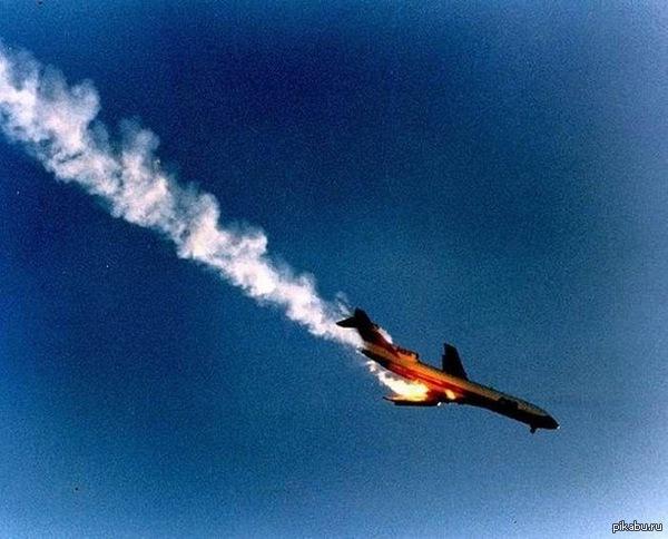 Фотограф заснял падающий лайнер. Последние секунды. Лайнер Boeing-727 авиакомпании PSA (Юго – Западные Тихоокеанские линии) совершал регулярный рейс Сакраменто - Сан - Диего через Лос - Анджелес