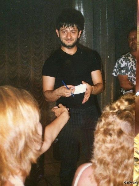 Галустян дает автограф моей маме.   г. Сочи