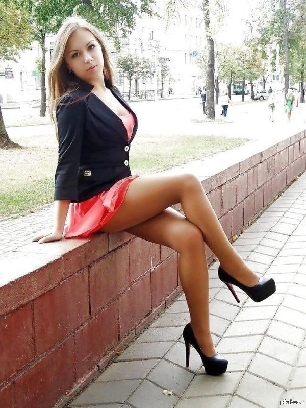 голая девочка на каблуках