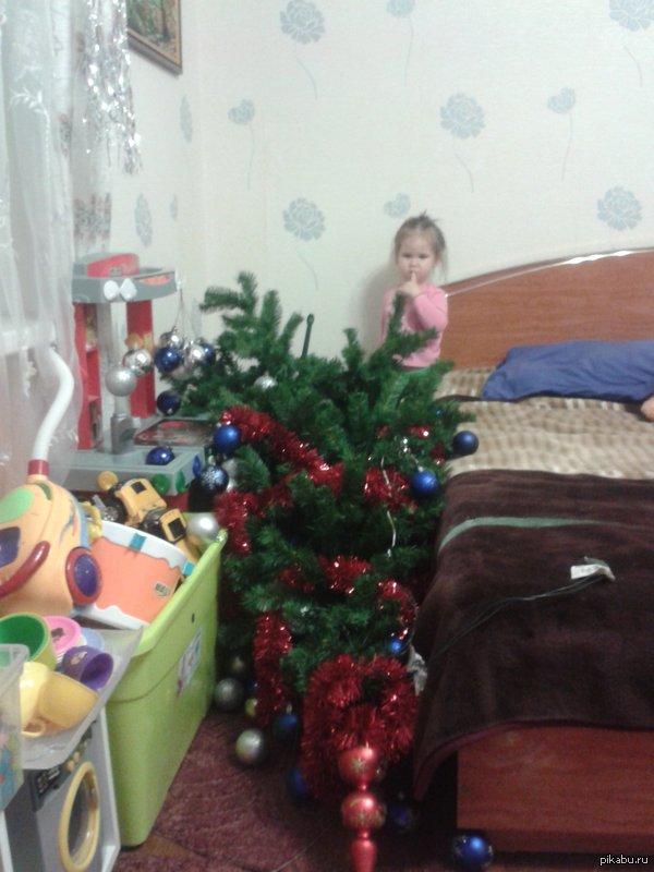 """Украсили елку с дочей и через час вот... может я открою тег ЭТОГО нового года """"елка упала"""", но не удержалась."""