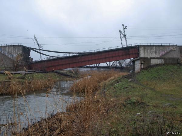 взорван ж\д мост в Мариуполе.  (ориентир 44 школа.дорога на ж\д вокзал...или с вокзала) ) больше фото в комментариях.