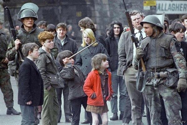 Дети дразнят британских солдат, Ирландия, 1972