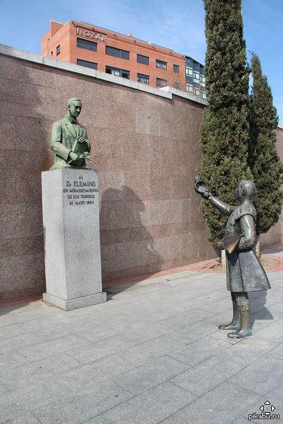 Памятник доктору Флемингу от благодарных тореадоров. В прошлом от заражения крови после ранения быков погибало больше тореро, чем на самой арене, и этот жест – дань благодарности человеку, открывшему пенициллин.