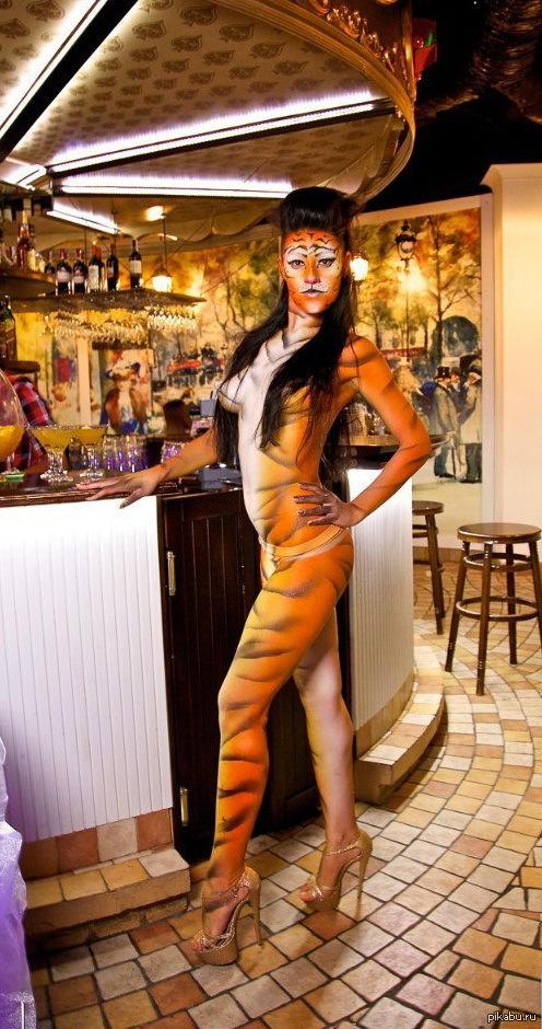 Всем тигров, господа! В каждый бы бар таких официанток...