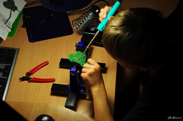 8-ми летний сын делает валентинки на завтра