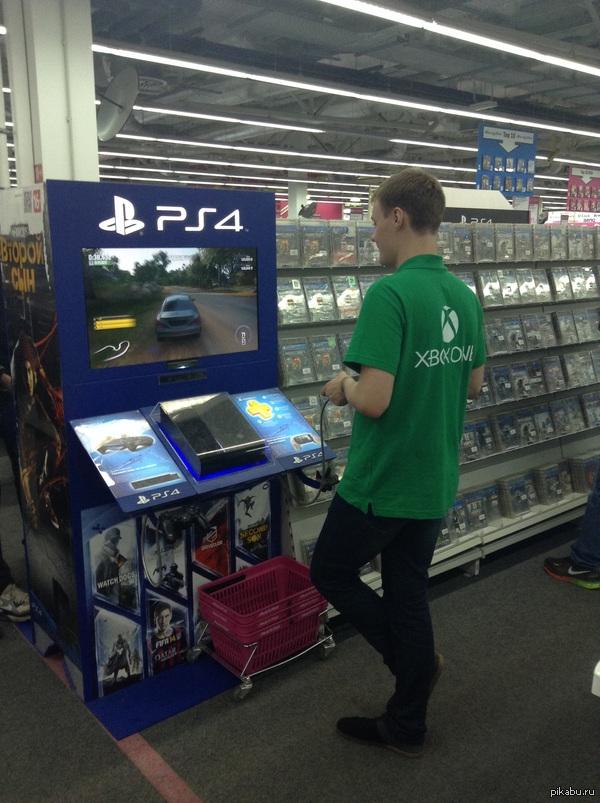 Так я понял что Sony победили. представитель XBox в магазине электроники режется в PS4