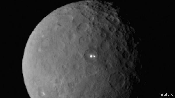 """Межпланетная станция """"Down"""" обнаружила странные огни на карликовой планете Церера. Межпланетная станция NASA при подлете к планете Церера на дистанцию около 46000 км обнаружила два ярко светящихся объекта, расположенных на поверхности."""